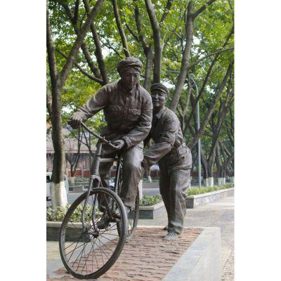 学骑自行车的八路军铜雕